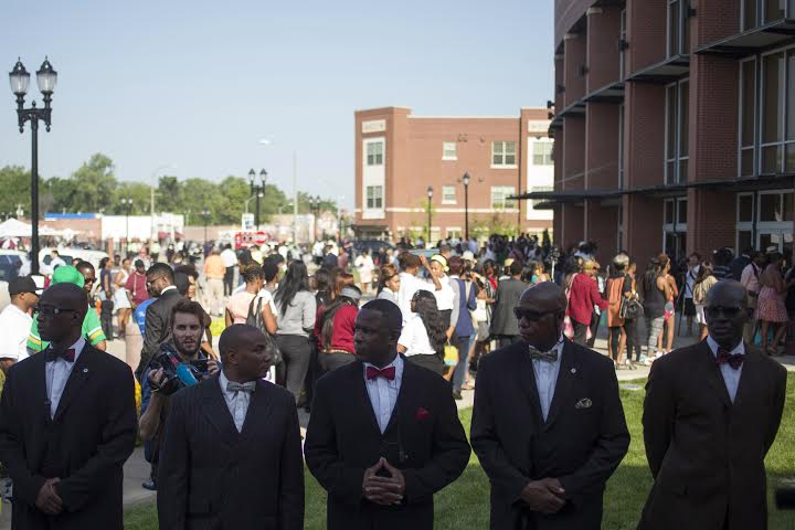 Una multitud asiste al funeral de Michael Brown