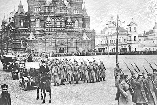 Falsificación del Testamento de Lenin Soldados_del_ejercito_de_los_Bolcheviques_marchan_en_la_Plaza_roja_cerca_del_Kremlin_1917